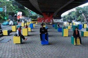 Im Taman Jomblo Seht mal! Jeder Sitz ist nur für eine Person! :)